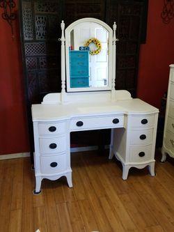 Beautiful Pedestal Desk/Vanity for Sale in Whittier,  CA