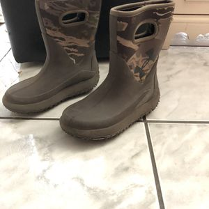 Under armor snow boots for A Boy Size 4 for Sale in Fontana, CA