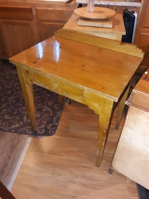 Real wood small desk.. for Sale in Davenport, FL