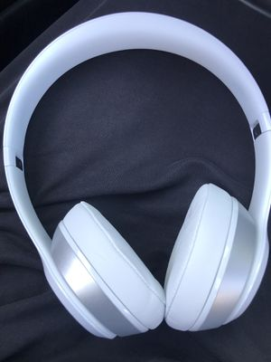 White Beats by Dre Solo headphones for Sale in San Mateo, CA