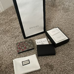 100 Percent Authentic Gucci Wallet Compact Size With Receipt for Sale in Vallejo, CA