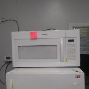 Brand New Hotpoint Microwave With Lite Scratch And Dent for Sale in Elkridge, MD