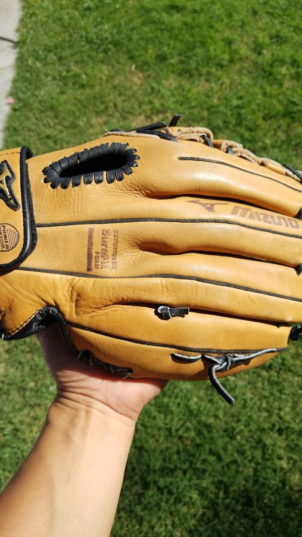 Mizuno 12 in baseball or softball glove