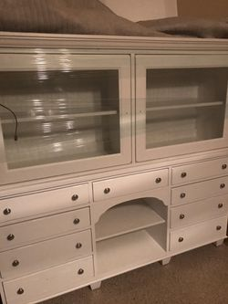 Broyhill Heirloom china closet for Sale in Las Vegas,  NV