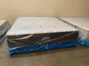 New king Simmons beautyrest silver cool gel pillow top mattress and box spring for Sale in Altamonte Springs, FL