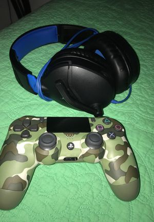 LIKE NEW PS4 CONTROLLER AND HEADSET for Sale in Temple City, CA
