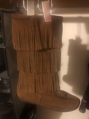 Minnetonka Size 8 3-Layer Fringe Boot for Sale in Cleveland, OH