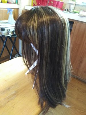 Very NICE wig with highlights for Sale in Klamath Falls, OR