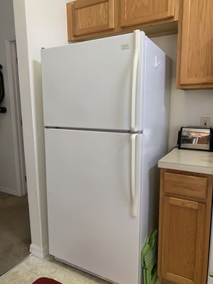 White Whirlpool Refrigerator w/Icemaker for Sale in Haines City, FL