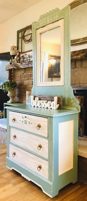 Vintage Dresser with Swivel Mirror and Working Key for Sale in Kent, WA