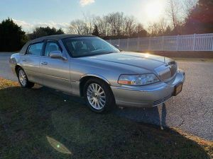 CLEAN 2004 LINCOLN TOWN CAR for Sale in Woodbridge, VA