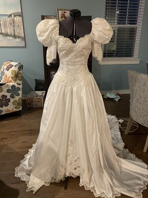 Beautiful white wedding dress size 4/6 for Sale in Brentwood, TN