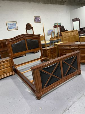 Beautiful solid wood queen size bedroom set in excellent condition like new ! for Sale in Pembroke Pines, FL