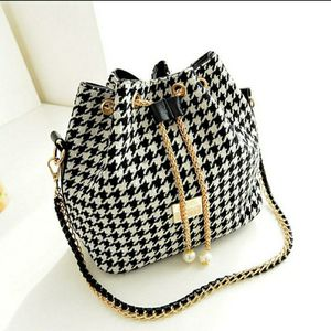 Black and white bucket bag for Sale in Acworth, GA