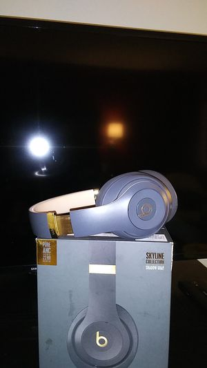 Beats studio3 wireless headphones shawdow gray with gold trimming for Sale in Fresno, CA