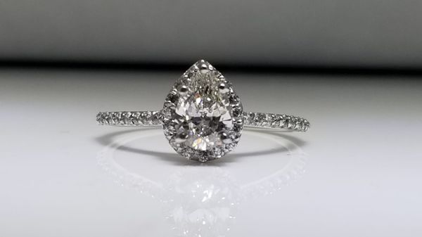 BRAND NEW, UNWORN 3/4 Carat, Pear Cut engagement and wedding band set for Sale