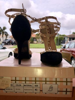 Black and gold with straps heels for Sale in Miami, FL