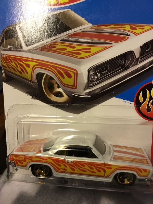 WHITE ON WHITE PERSL BARRACUDA LOW RIDER TYPE RETIRED CAR HOTWHEEL