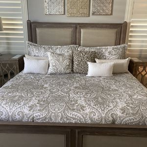 King Size Comforter set with matching pillows for Sale in Chandler, AZ