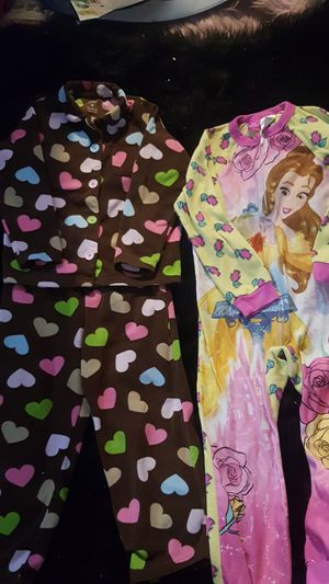 2 SIZE 6 SLEEPWEAR OUTFITS VERY WARM GREAT CONDITION for Sale in Chicago Heights, IL