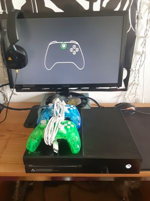 Xbox One with 2 Controllers and A Headset for Sale in Santa Maria, CA