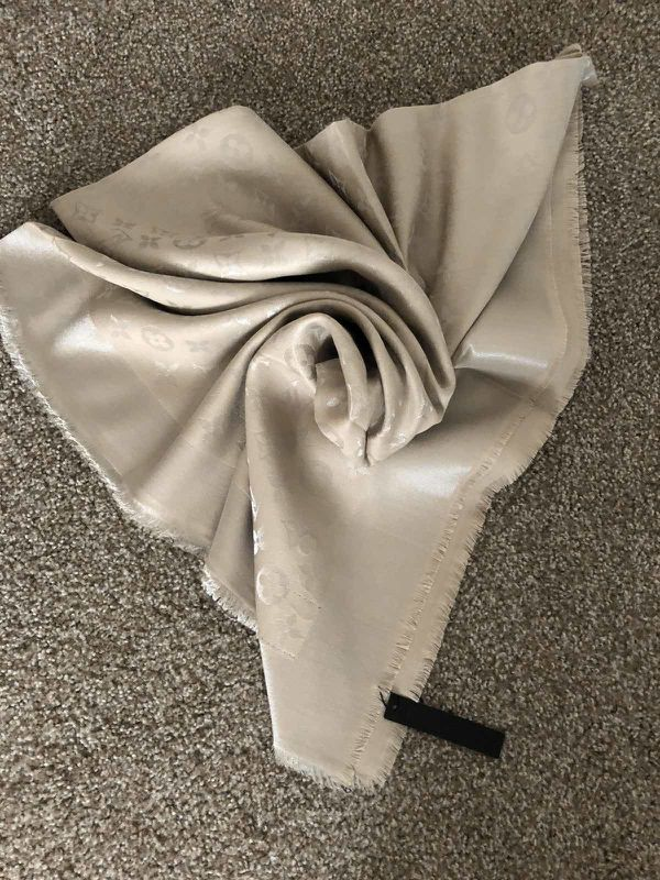 Auth Louis Vuitton scarf 140/140 M 75778
