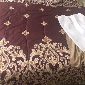 Available 4 Pc Set 1 King Revirsabl Comforter 2 Pillow Shams 1 Bed Skirt Pick Up Gaithersburg Md20877 for Sale in Gaithersburg, MD