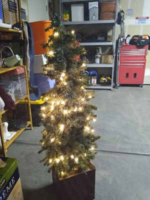 (USED) Artificial tree $5 for Sale in Dinuba, CA