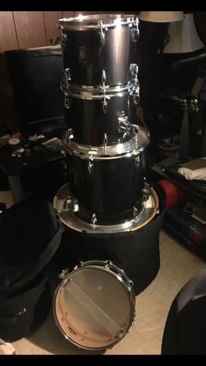 5- piece Yamaha drum set, in roadrunner drum bags with hi hats and hardware for Sale in Fort Washington, MD
