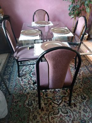 Beautiful and Excellent ConditionTable and Chairs for Sale in St. Louis, MO