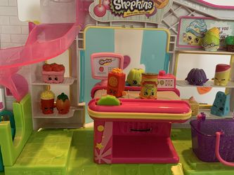 SHOPKINS GROCERY STORE WITH CUTE REGISTER (removable) 1 LARGE BASKET, 2 SMALLER BASKETS & 12 SHOPKINS! DOORS OPEN AND CLOSE for Sale in Modesto,  CA