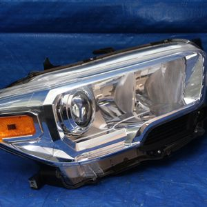 ✅ 2016 to 2019 Toyota Tacoma right original headlight for Sale in Hollywood, FL