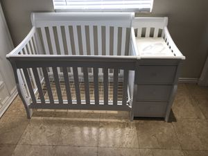 Crib with changing table for Sale in Miami, FL