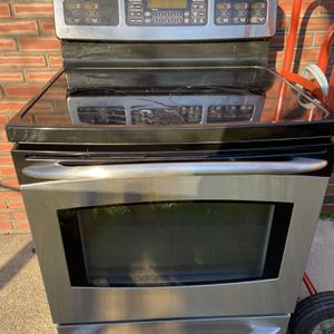 GE electric convection range. Roughly 10 years old. Still works great. Front left burner glass top is cracked. Burner still works for Sale in Chesapeake, VA