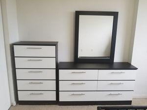 Comoda con espejo y gavetero... Dresser with mirror and chest for Sale in Hialeah, FL