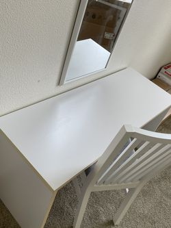 Small Desk Whit Chair for Sale in Lynnwood,  WA