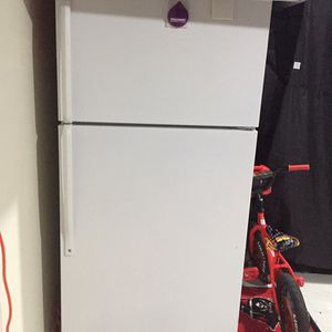 Refrigerator with Freezer on top combo for Sale in Lorton, VA