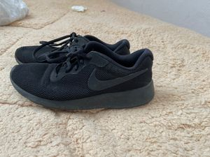 Nike negros 4y for Sale in Stockton, CA