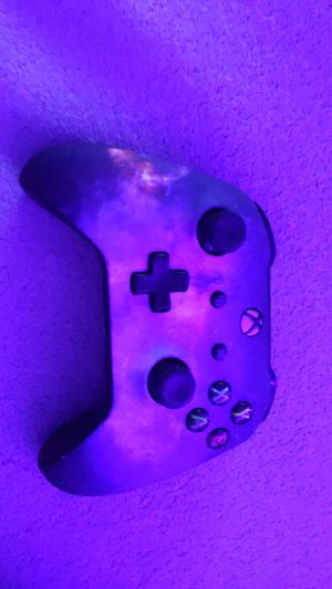 Xbox one controller custom made, following with a Xbox one head set for Sale in Tacoma, WA