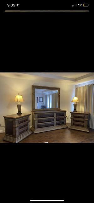 Bedroom set, Dresser, Nightstands, Mirror & Lamp for Sale in Chula Vista, CA