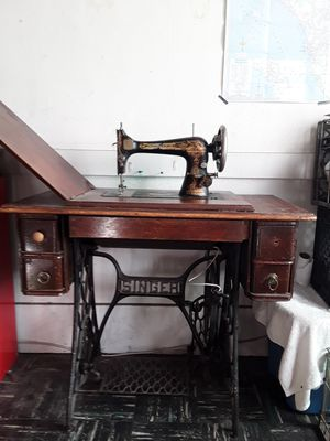 Vintage Singer sewing machine and table for Sale in Oakland, CA