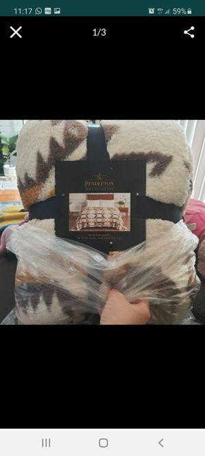 """Pendleton sherpa fleece Queen blanket 98x92"""" for Sale in Glendora, CA"""