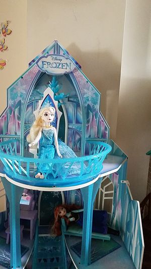 Disney Frozen dollhouse with dolls and all furniture for Sale in Bryans Road, MD