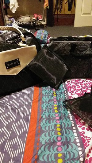 MARY KAY BAG FOR MAKEUP & MIRROS. ALONG WITH EXTRA PRODUCTS HAIR AND MAKEUP BAG JUST FOR YOU. 💄 💄 for Sale in Uniontown, OH
