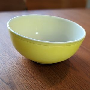 Mid Century Pyrex Large Yellow Bowl 404 1940s/50s Vintage Made in USA for Sale in Hollywood, FL