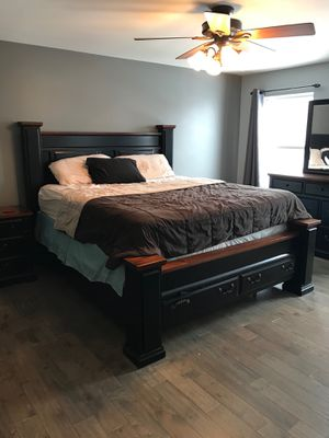Bedroom set King size. for Sale in Wood Dale, IL
