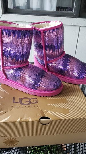 UGG K Classic Short Sparkle Wave Pink, Size 6 for Sale in Lutz, FL
