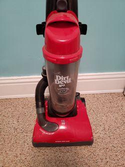 Dirt Devil Featherlite Bagless Upright Vacuum for Sale in Mattoon,  IL