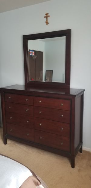 8 Drawer Bedroom Dresser w/mirror-Excellent Condition for Sale in MERRIONETT PK, IL