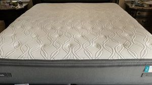 Like new Sealy king size pillowtop mattress and boxsprings for Sale in Sunrise, FL